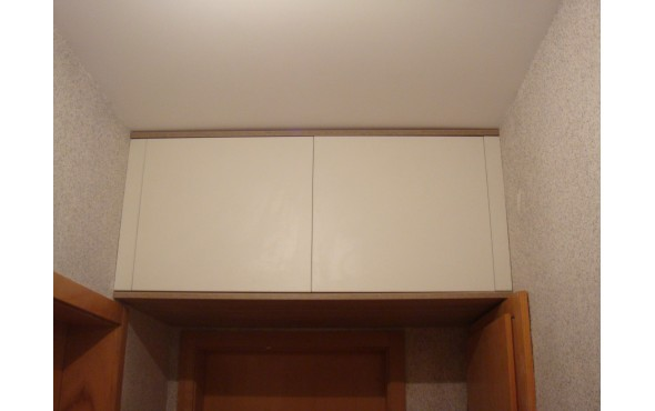 Вграден шкаф за антре над врати