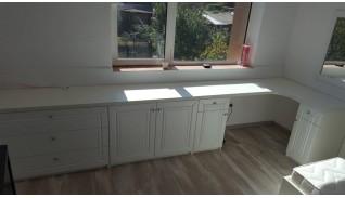 Конфигурация от бюро, тоалетка и шкаф с бял МДФ