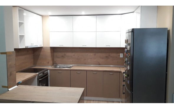Кухня по индивидуален проект с МДФ бяло/капучино гланц