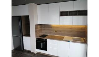 Кухня без дръжки с фрезовани врати по поръчка