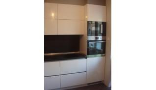 Кухня по индивидуален проект Фара 25 с алуминиев профил за врати без дръжки