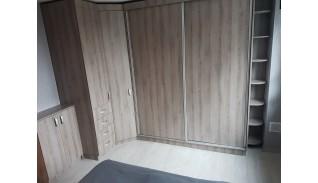 Конфигурация за спалня с гардероби, етажерка и нисък шкаф